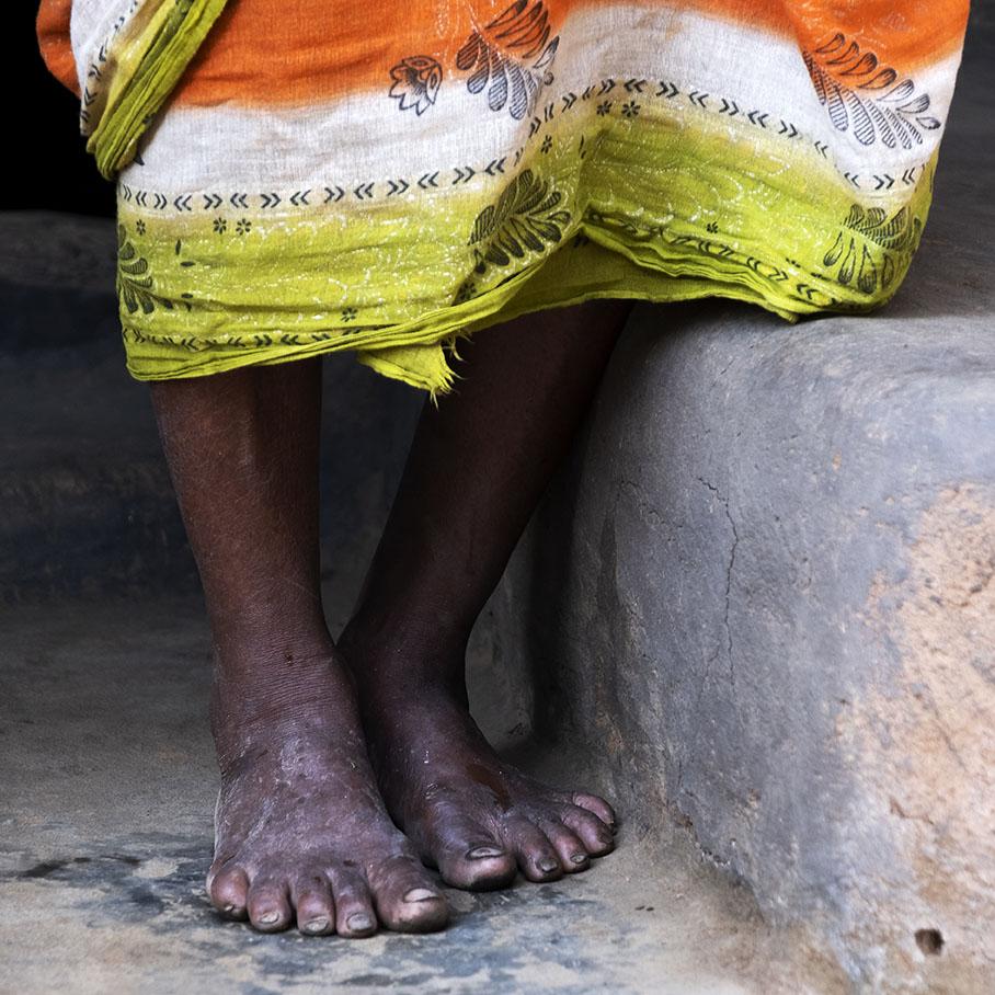 voeten onder kleurige sari