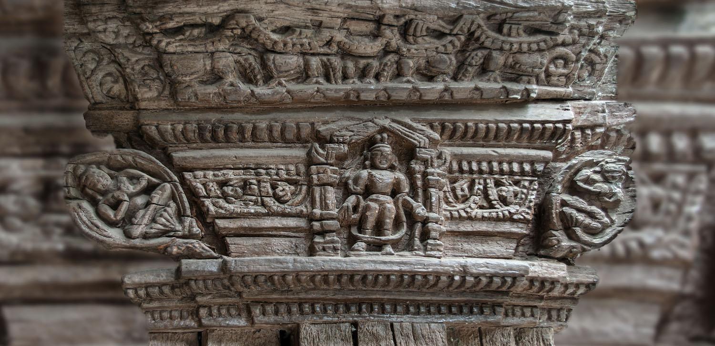 Eeuwenoud houtsnijwerk Alchy klooster