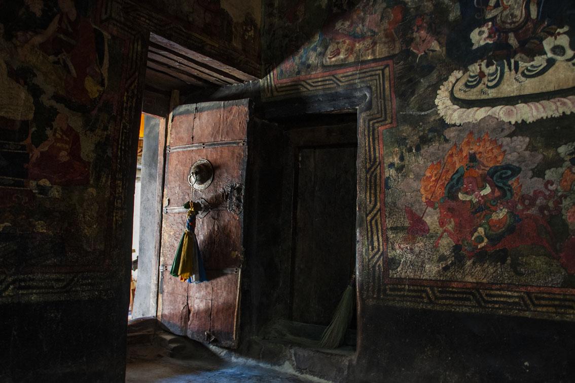 Zonlicht valt binnen in rijk versierde gebedsruimte