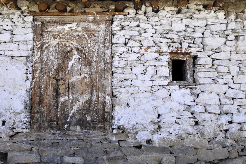 Met kalk bekladde deur Kinaur