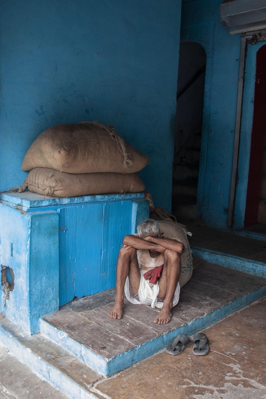 Vermoeide drager in oud Delhi