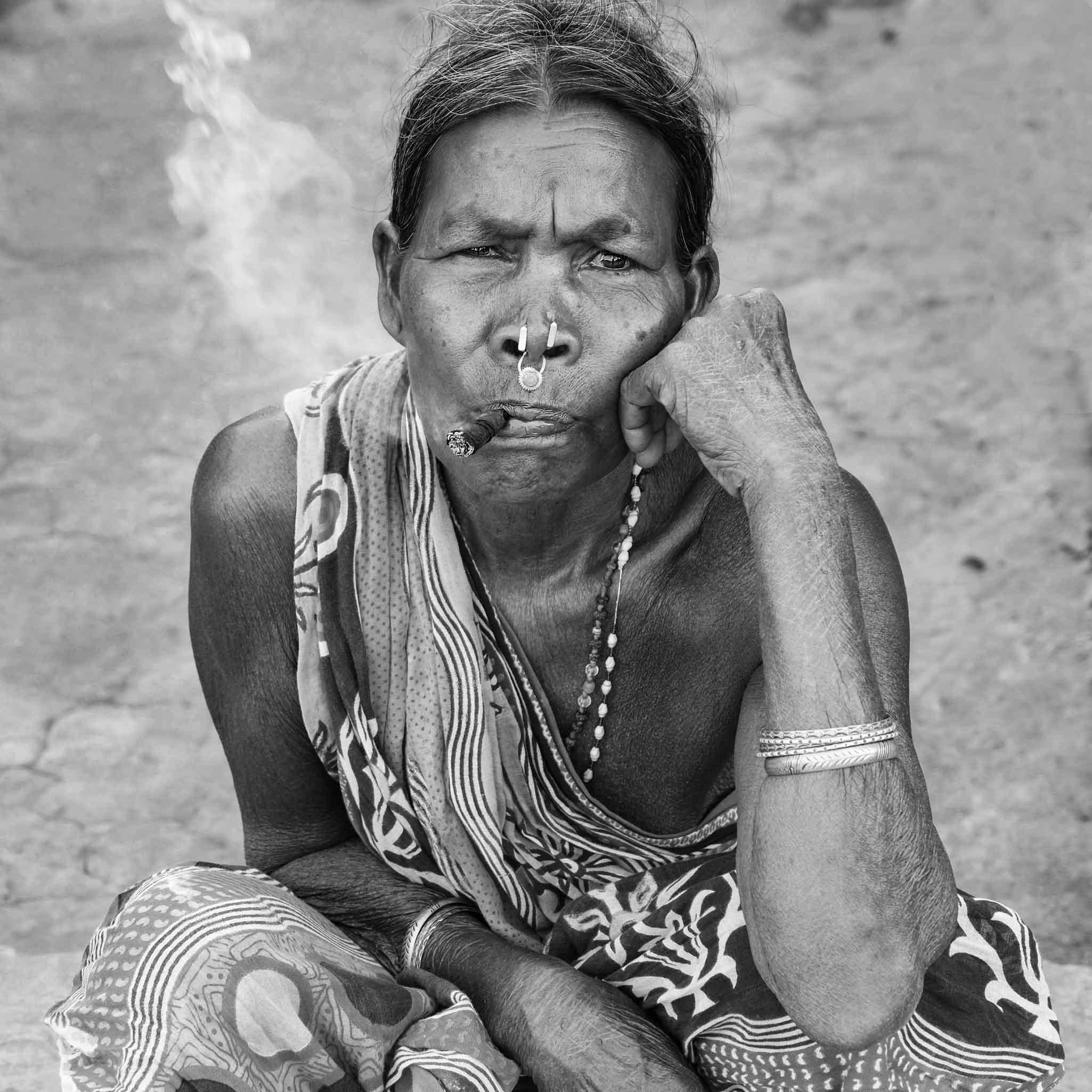 Adivasi vrouw uit Odisha met sigaar