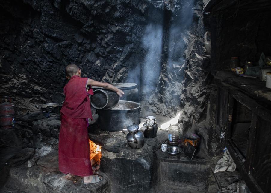 Monnikje kookt in keuken Phugtal
