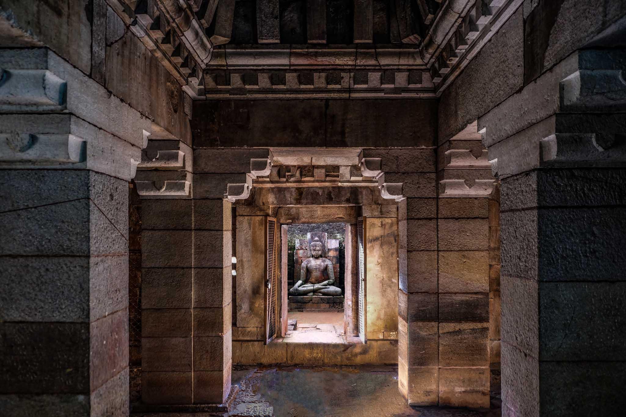 strakke symmetrische belijning in eeuwenoude tempel